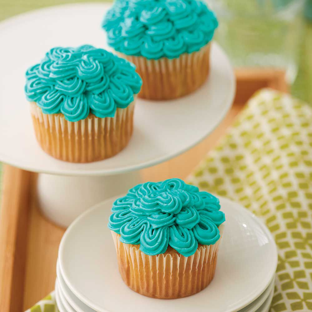 Icing cakes using decorating tip 789