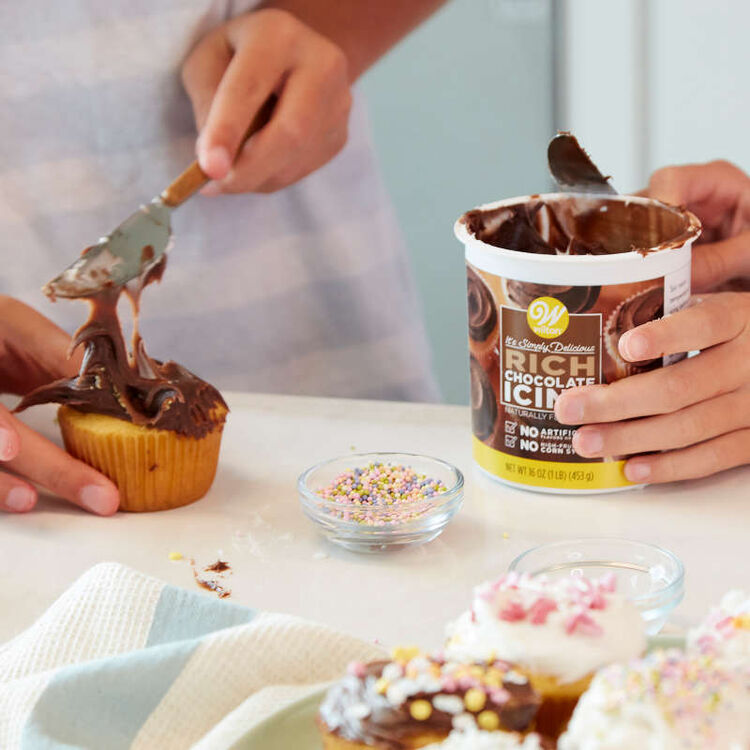 Frosting Vanilla Cupcakes with Chocolate Frosting