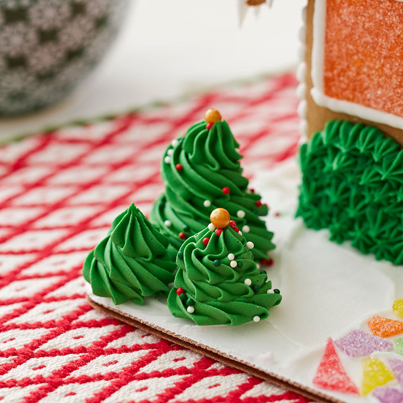 How to Pipe a Buttercream Swirl Christmas Tree image number 0