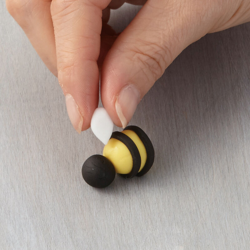 How to Make a Fondant Bee image number 0