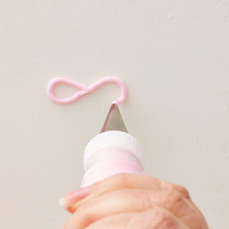 how to pipe a buttercream bow image number 2