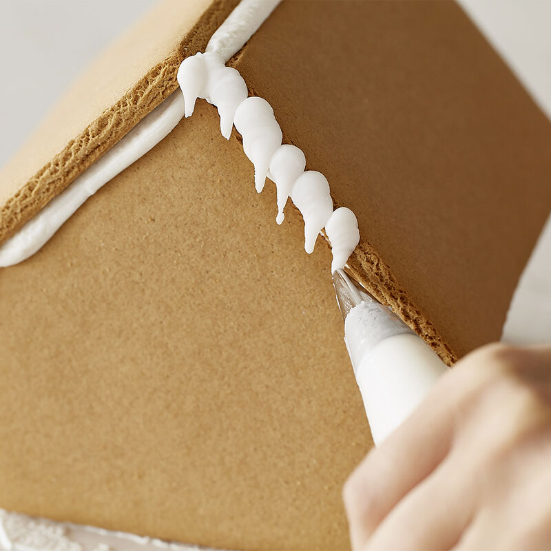How to Pipe Icicles on a Gingerbread House image number 3