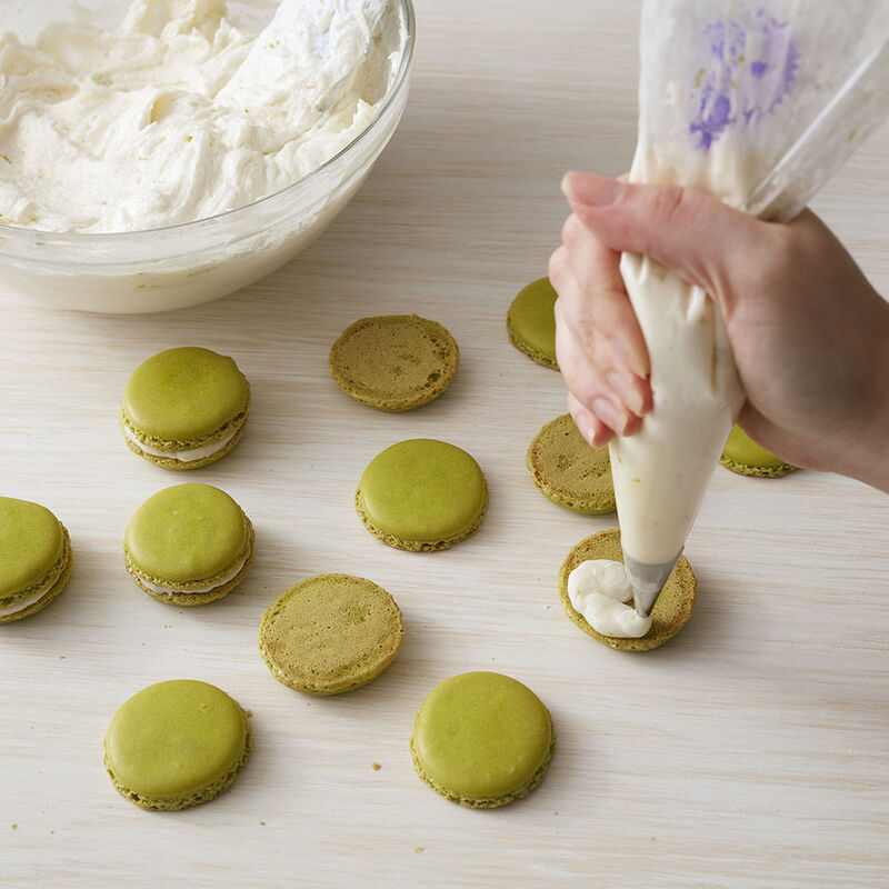 filling green macrons with key lime buttercream image number 2