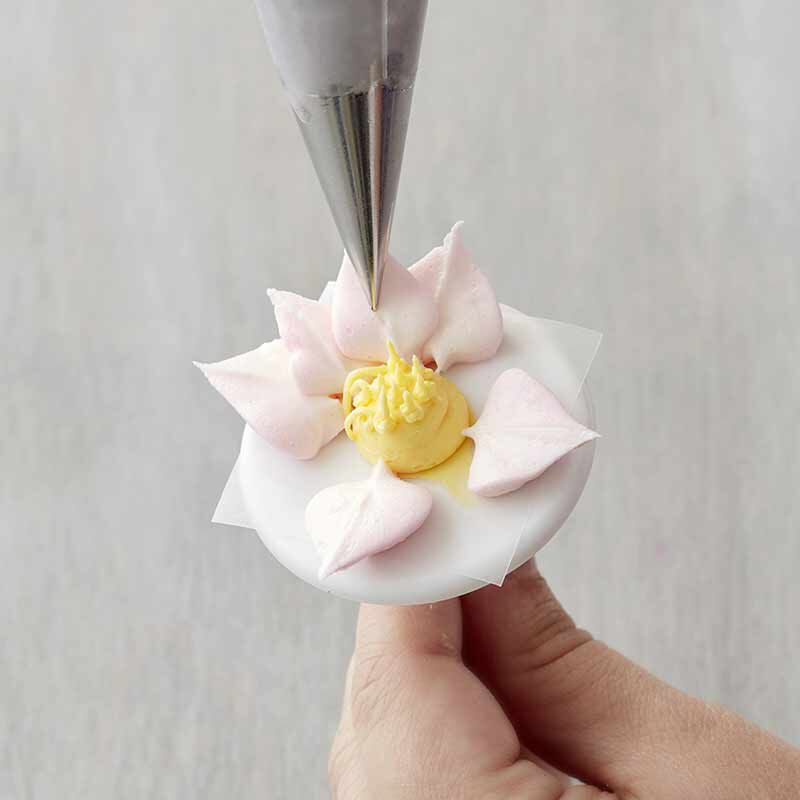 step 5 piping a buttercream water lily  image number 5