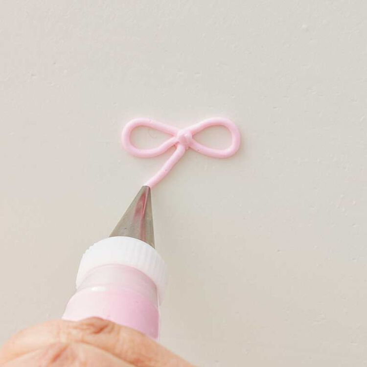 how to pipe a buttercream bow